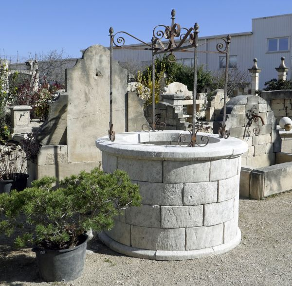 Stone well for the decoration of the garden on sale at Atelier Alain BIDAL in Provence.