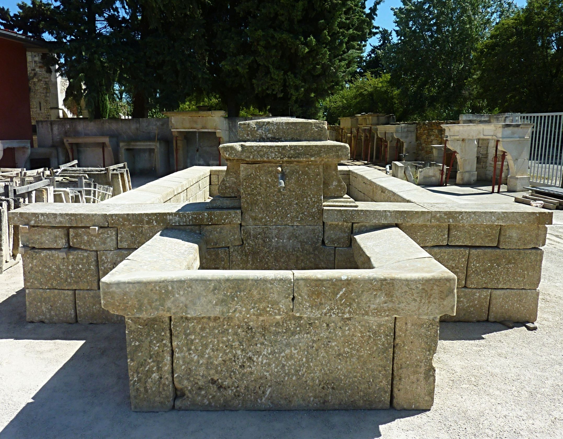 Elegant old wash house of Provence | A large pool in natural stone for sale at Les Matériaux Anciens Alain Bidal