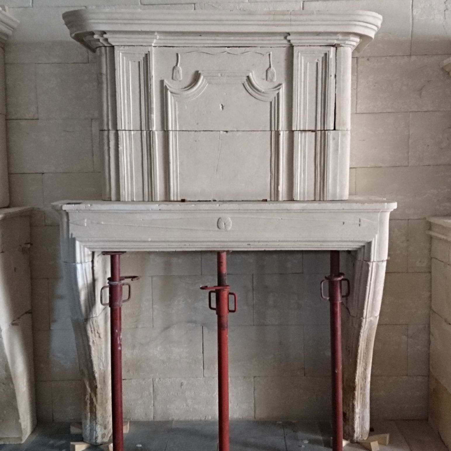 An elegant antique fireplace resolutely Louis XIV - Atelier BIDAL in Provence.