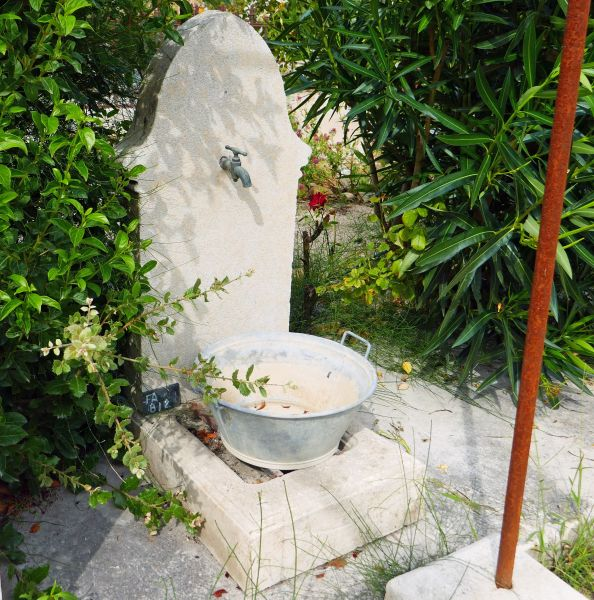 Small water fountain in stone | A petite fountain easy to install and inexpensive on sale at Alain Bidal in Provence.