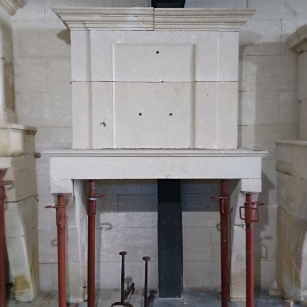 Louis XIV fireplace ins tone the Antique materials Alain Bidal. The Antique materials Alain Bidal offer you a large selection of antique fireplaces in stone.