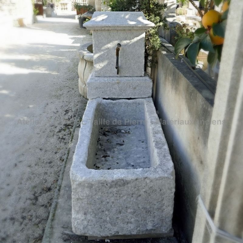 Stone garden fountain for sale at the stone garden fountains specialist: Alain Bidal in Provence.