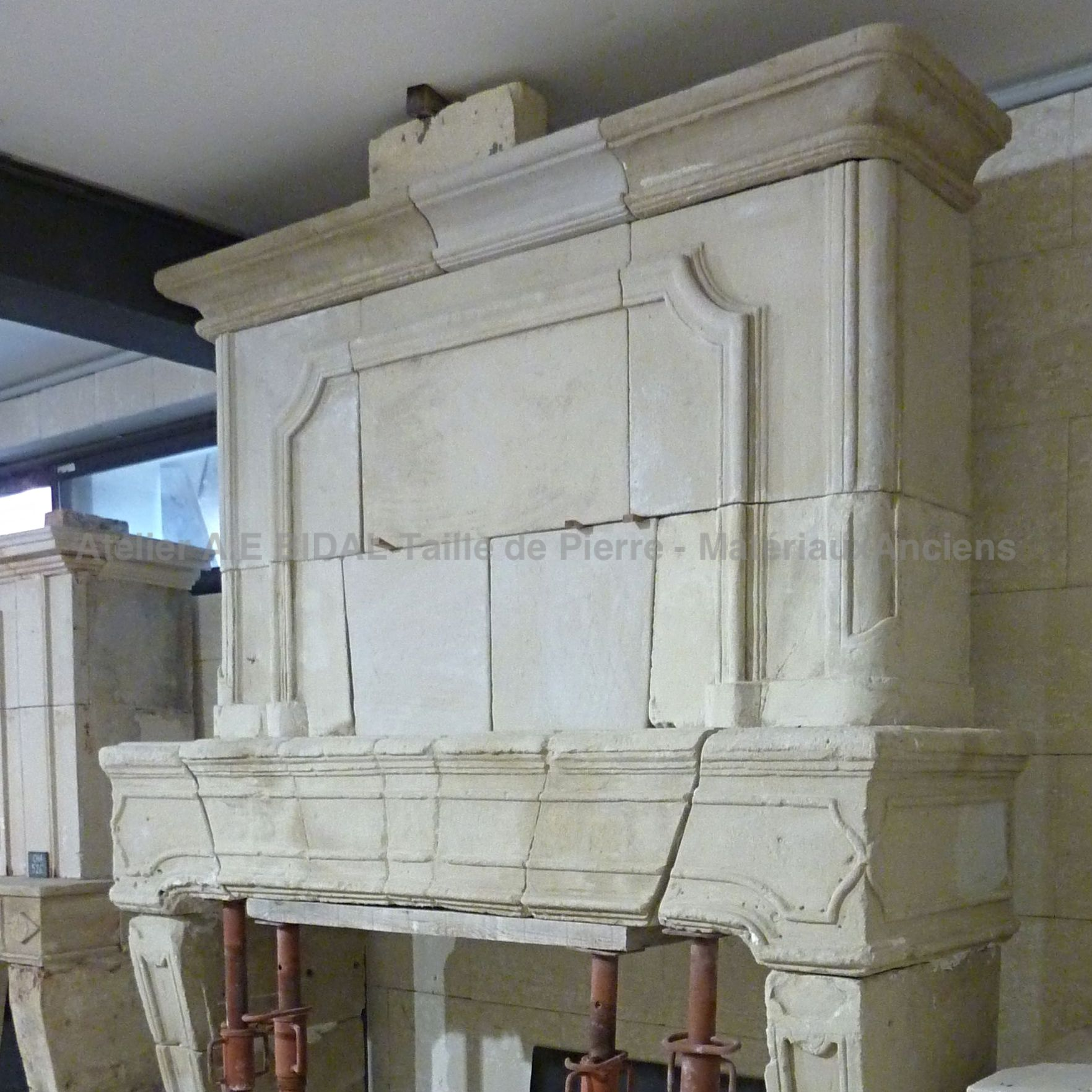 Antique Matérials Alain BIDAL offer a selection of ancient fireplaces in stone.