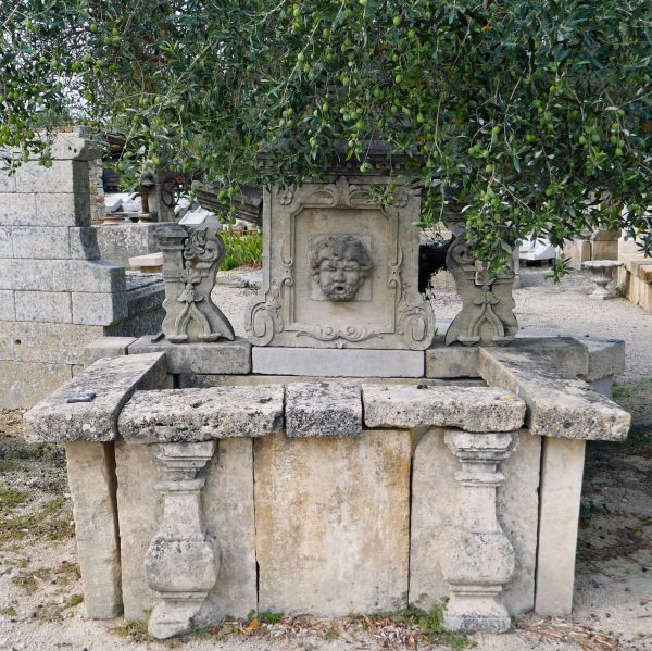 Wall fountain in old stones | A garden fountain with a very ornamental look !