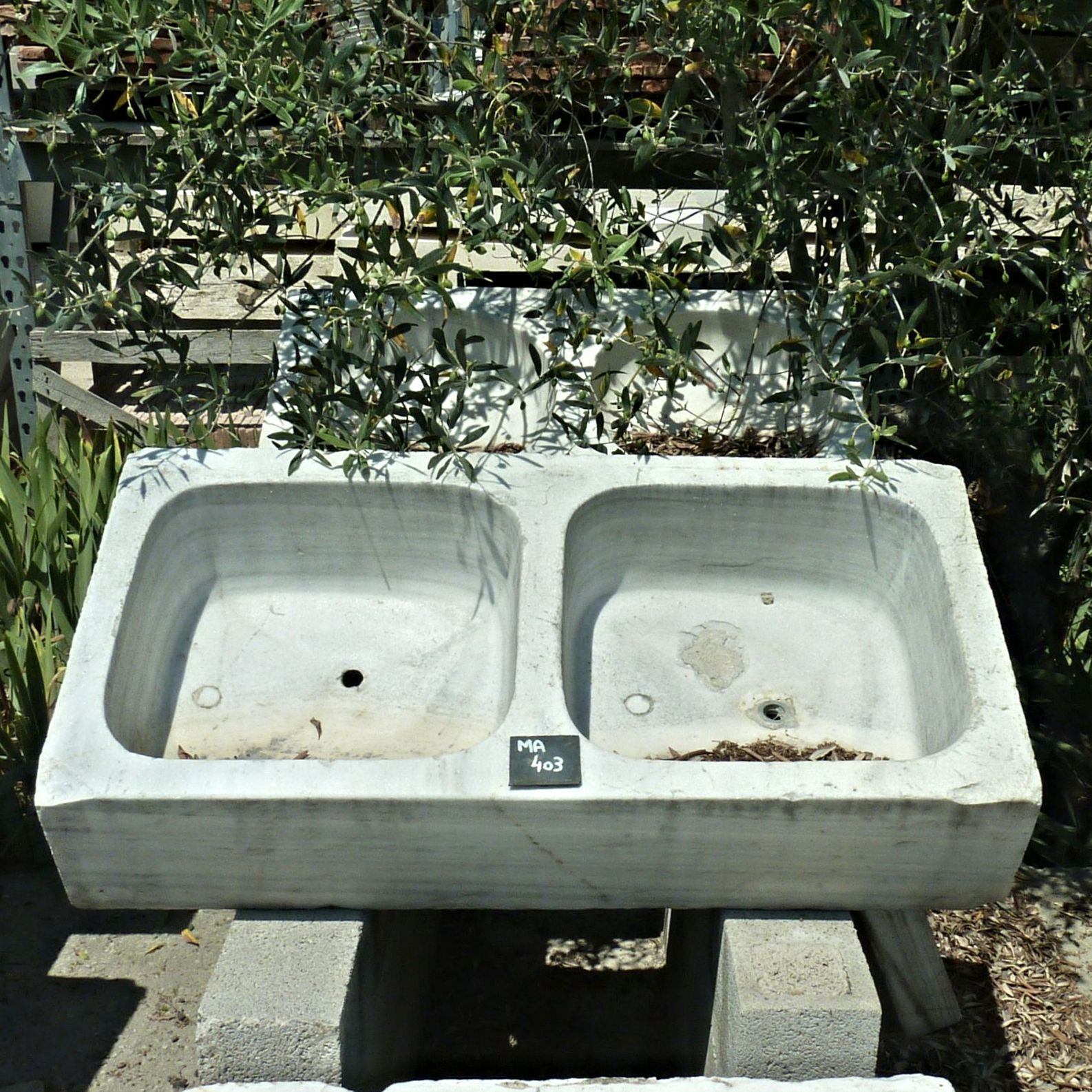 Double basin - sink with 2 separate washbasin.