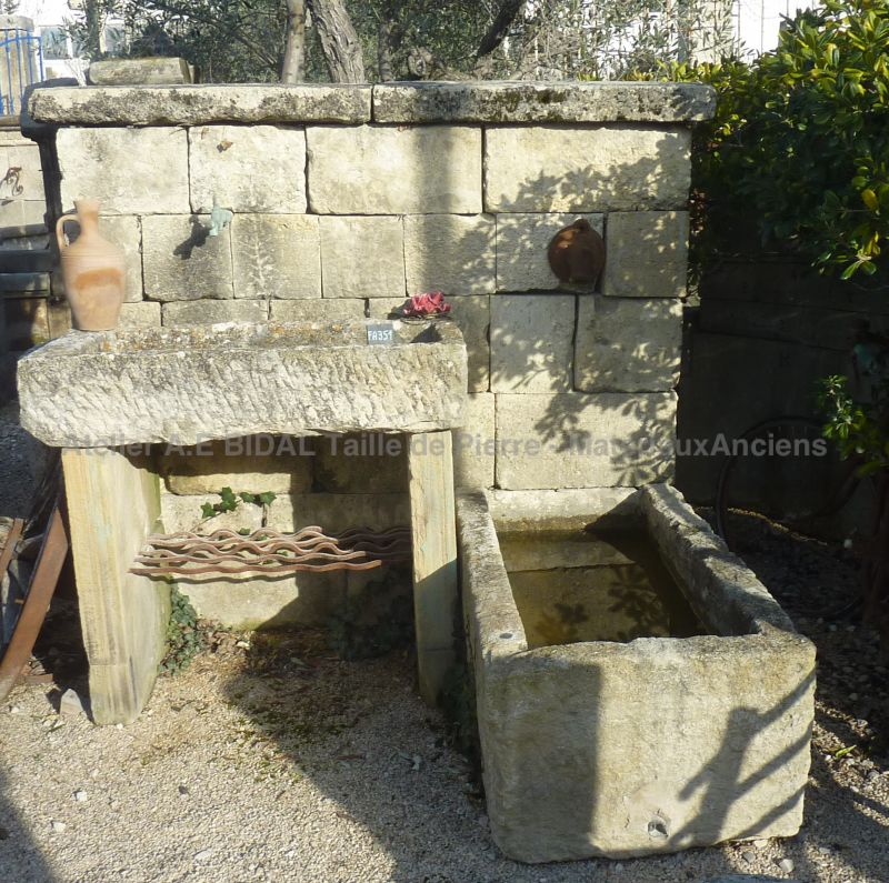 Beautify your garden with an original stone fountain to discover in Provence at Atelier Alain BIDAL.
