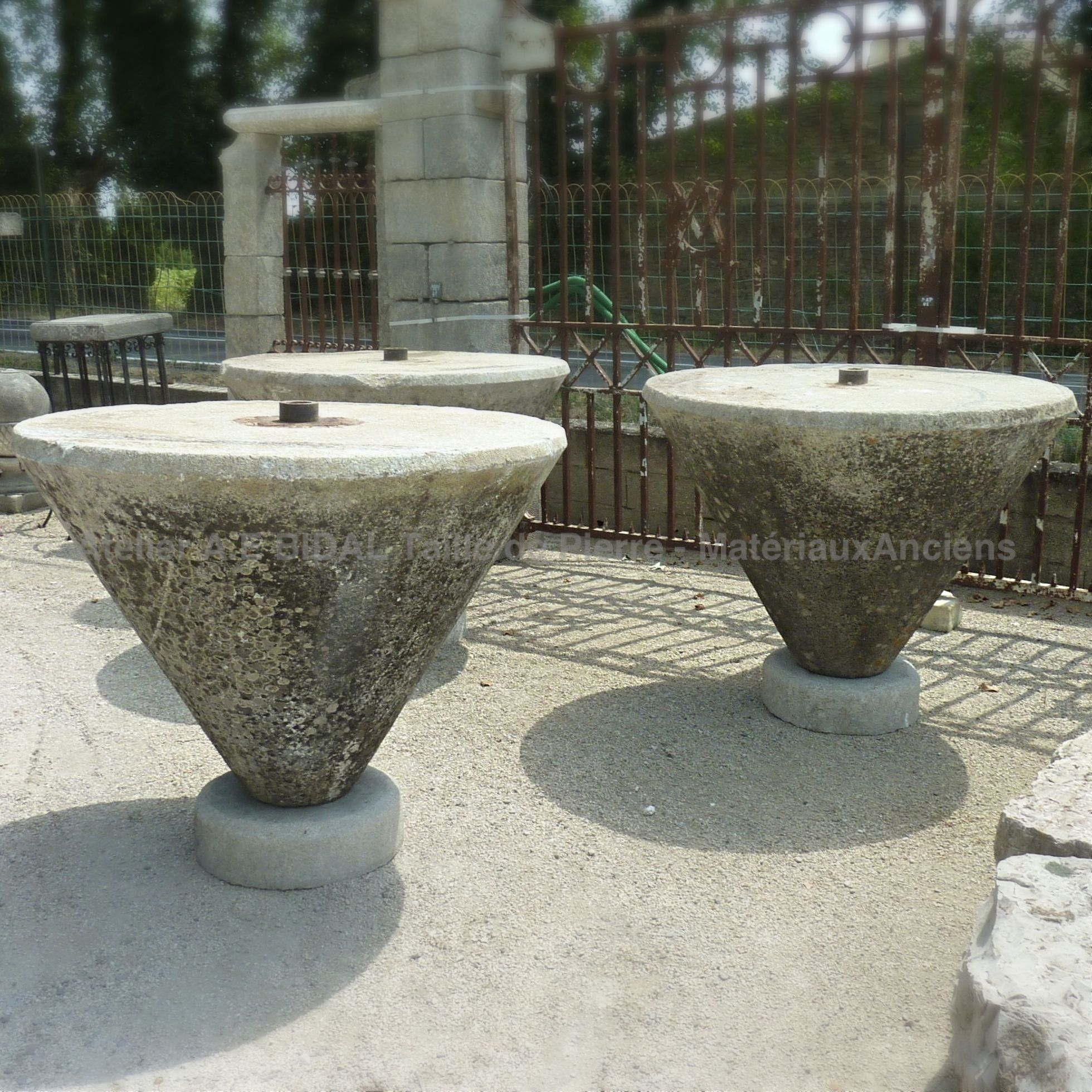 The Ateliers BIDAL in Provence offer a wide choice of stone tables.