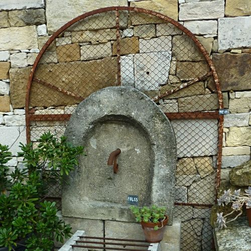 Antique grid for an authentic and rustic garden decoration - garden grid made of wrought iron.