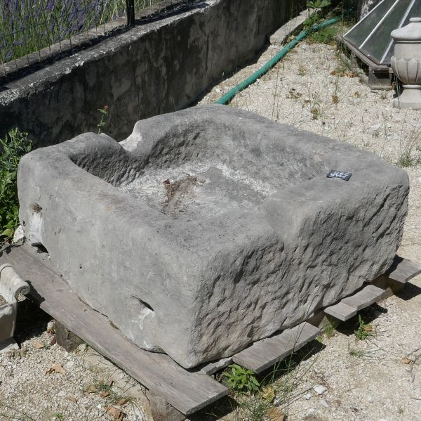 Decorative stone trough : rectangular basin with an exceptional charm.