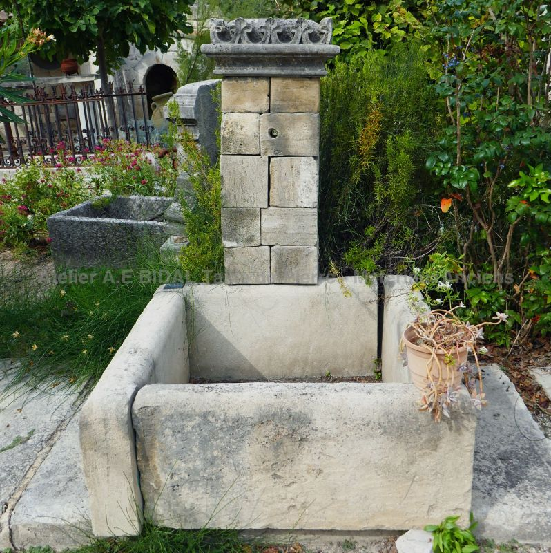 Wall fountain in stone | Ornamental fountain with a basin and pediment in stone.
