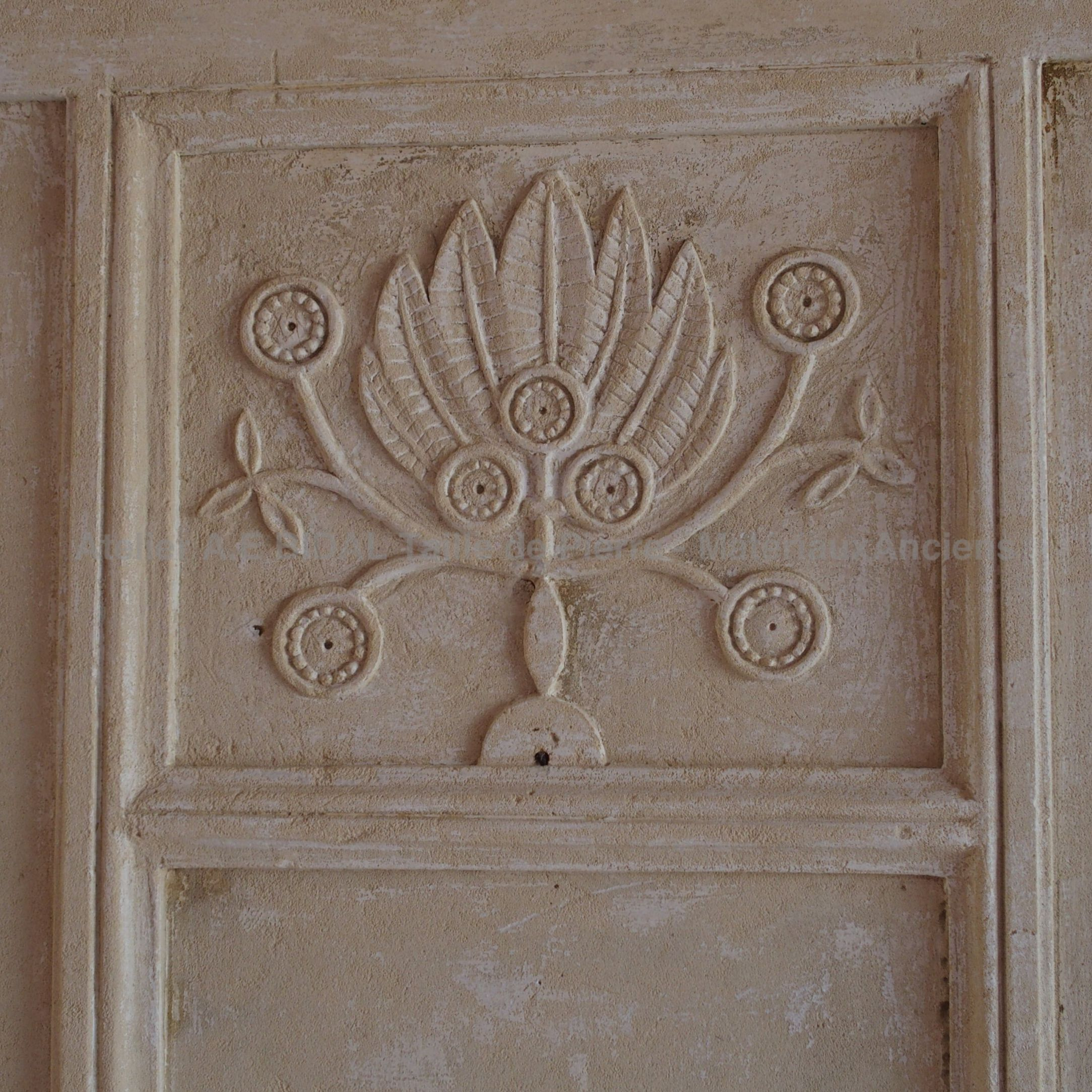 Louis XVI fireplace: a fireplace made of Charentes stone.