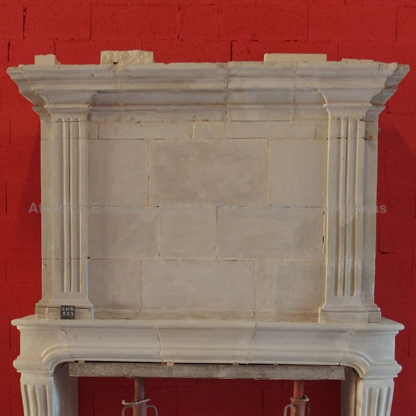 Beautiful old fireplace and made during the 18th century and fully restaured.