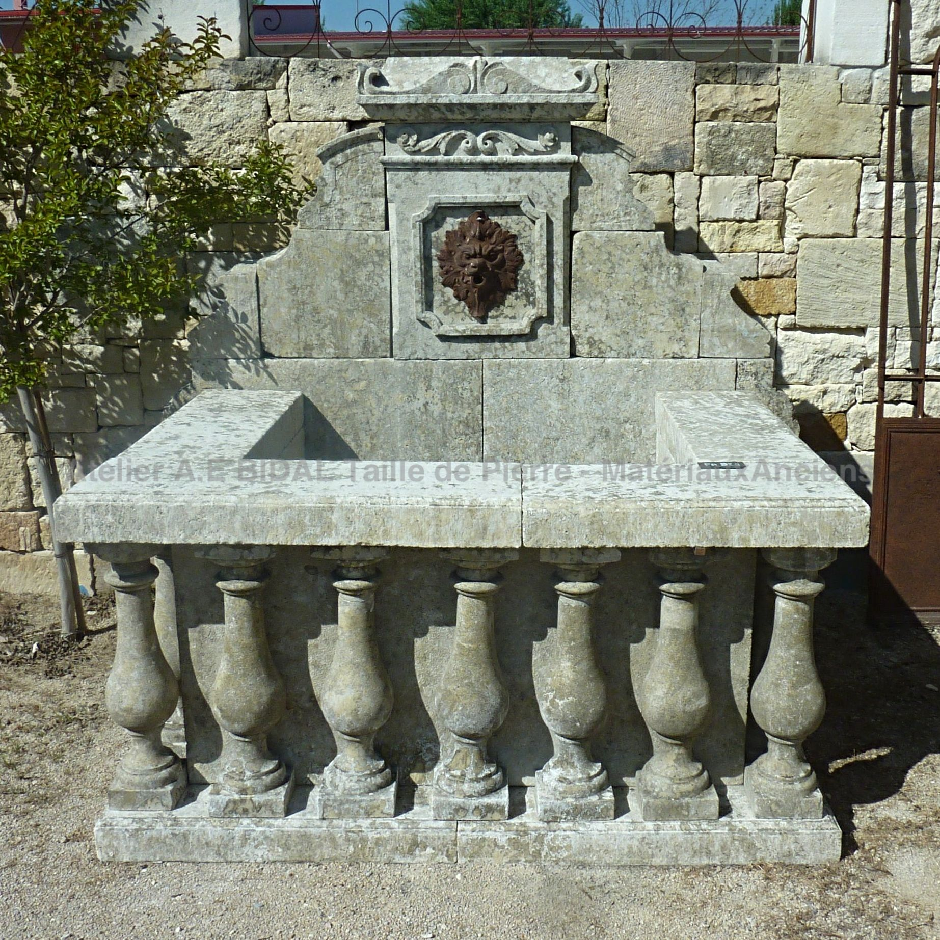 Antique fountain in stone for sale at Alain Bidal Matériaux Anciens en Provence.