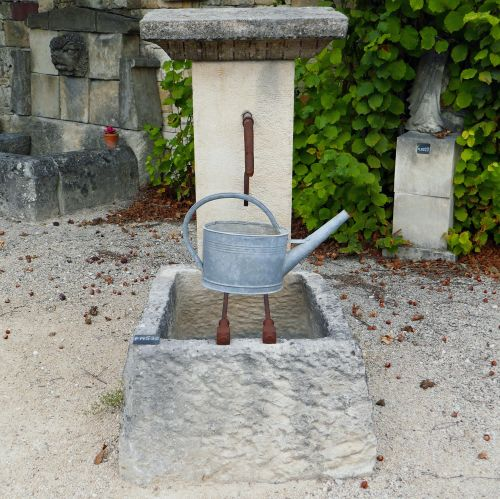 Small outdoor fountain ; a terrace fountain or a garden fountain with modest dimensions.