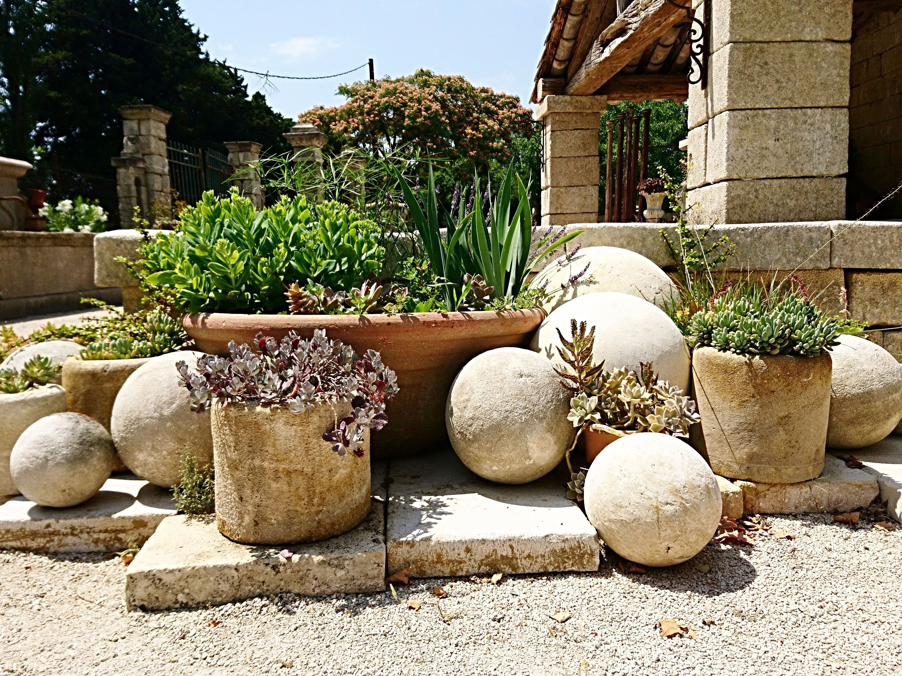 The Antique Materials Bidal in Provence offer you a wide choice of decorative elements for your garden.