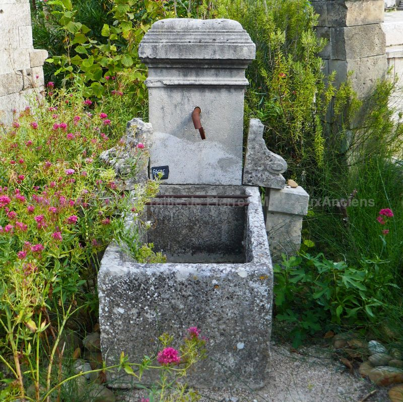 Small fountain : terrace fountain or garden fountain with trough.
