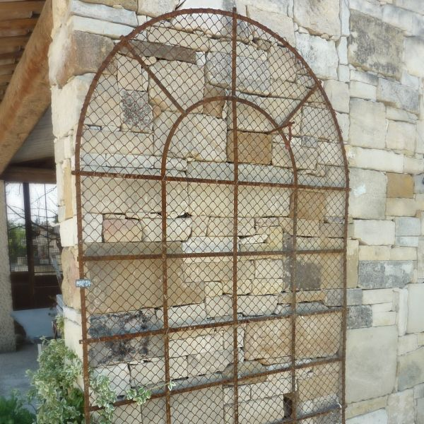 Old grid: a wrought iron grid that is ideally gridded to place climbing plants for example.