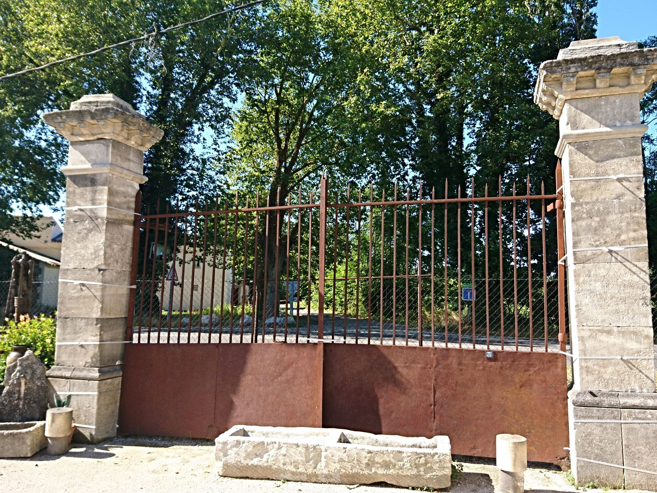 Les Mémoires d'Adrien in Provence offers you a wide range of restored antique portals in wrought-iron.