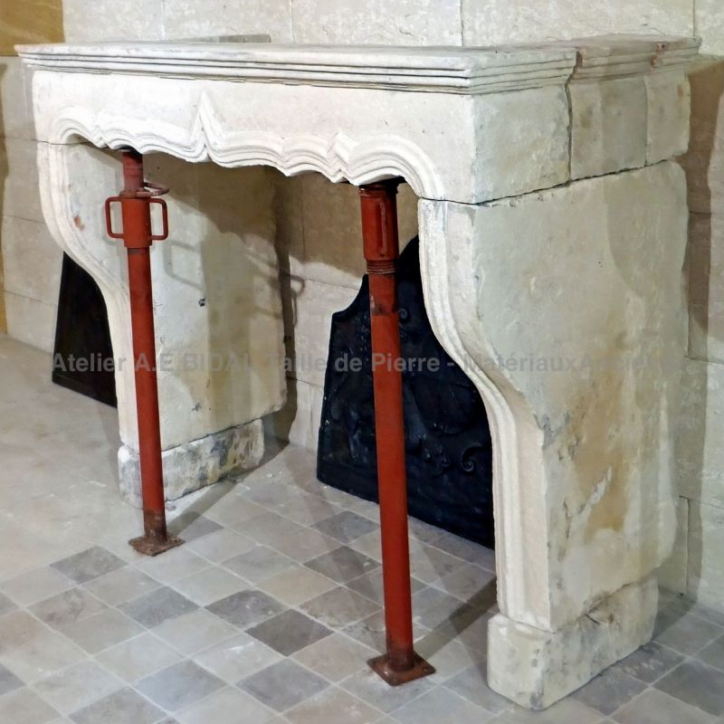 Antique stone fireplace : Alain BIDAL an expert at your service.
