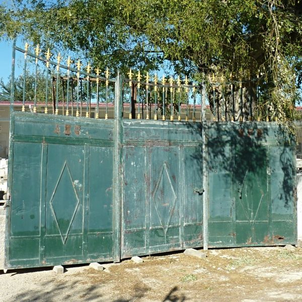 An old gate to sublimate your main entrance and showcase your home.