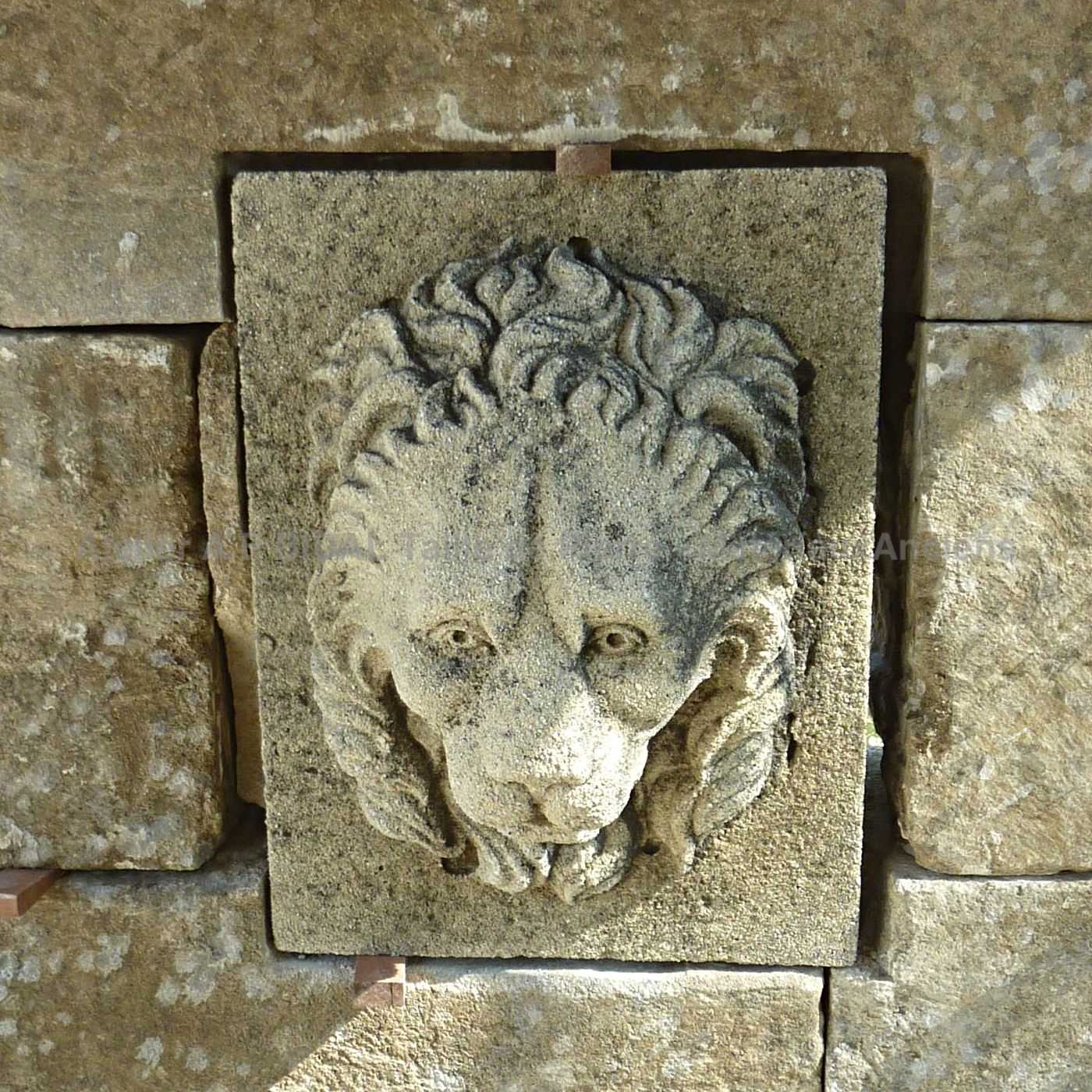 Ancient fountain with lion's head carved in stone as water outlets | Fountain with roof for sale in Provence at BIDAL.