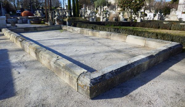 Antique stone basin for sale at Alain BIDAL in Isle sur la Sorgue in Provence.