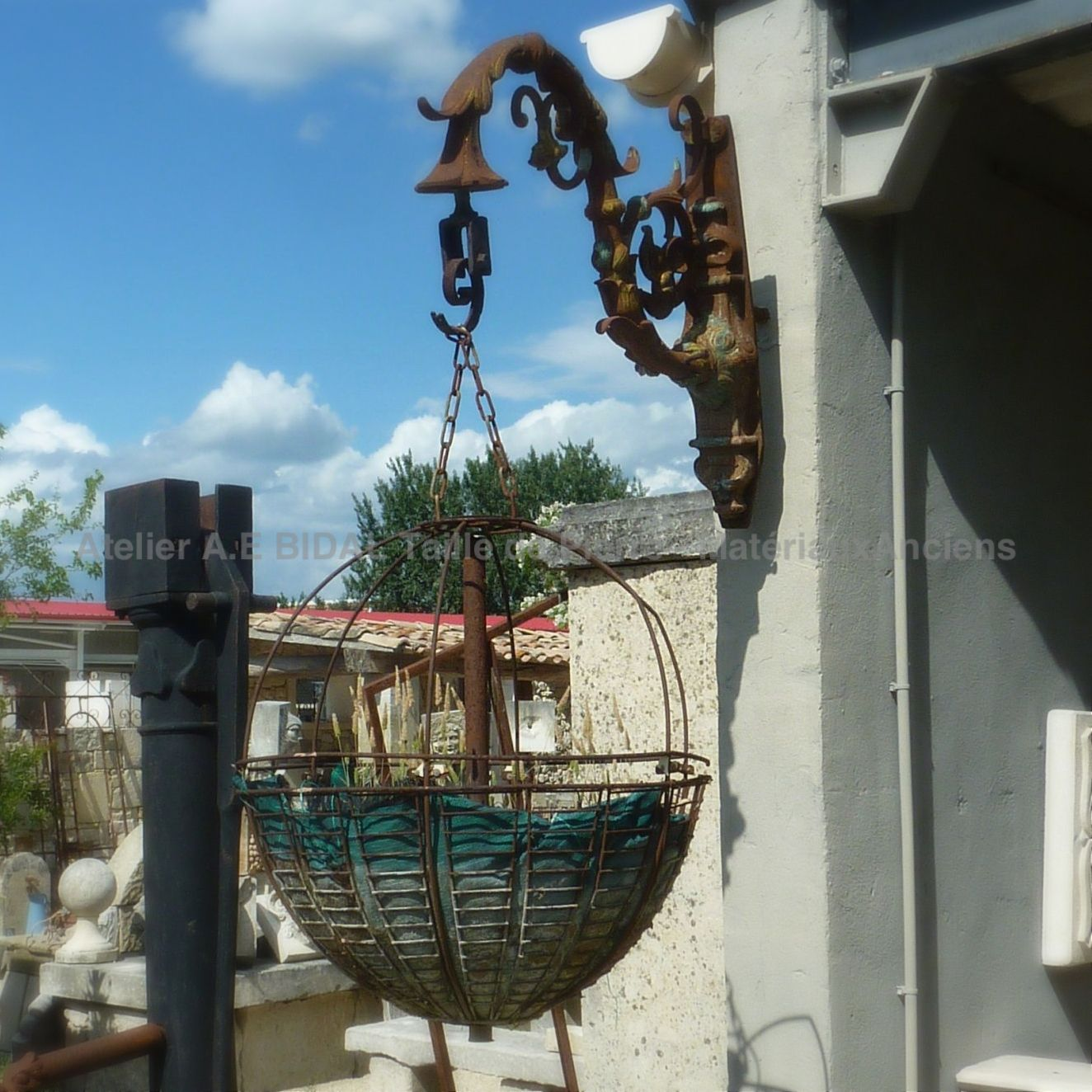 Planter in wrought iron situation - decoration objects in old materials.