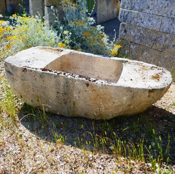 Come and discover the antique troughs and the old washhouses in stone at Alain Bidal Antique Materials.