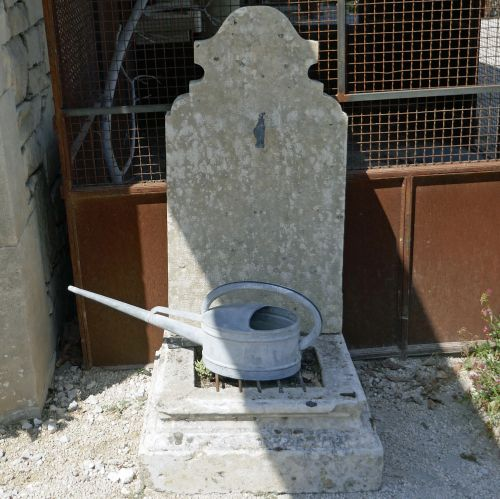 Cheap stone fountain for easy garden deco | Atelier Alain Bidal, stone cutting in Provence.