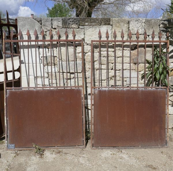 Antique wrought-iron double-doors gate for sale at Atelier Alain BIDAL, atnqiue materials in Provence.