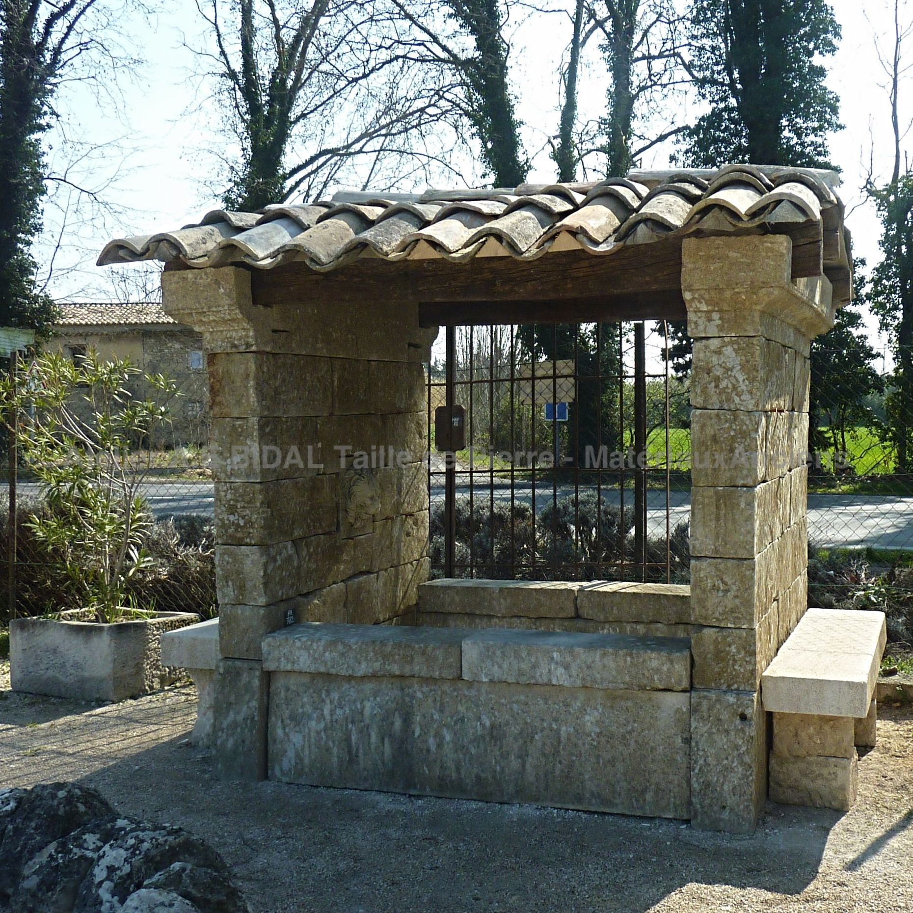 Elegant old washhouse or charming large fountain | An old fountain crafted with know-how by Provencal stonemasons.