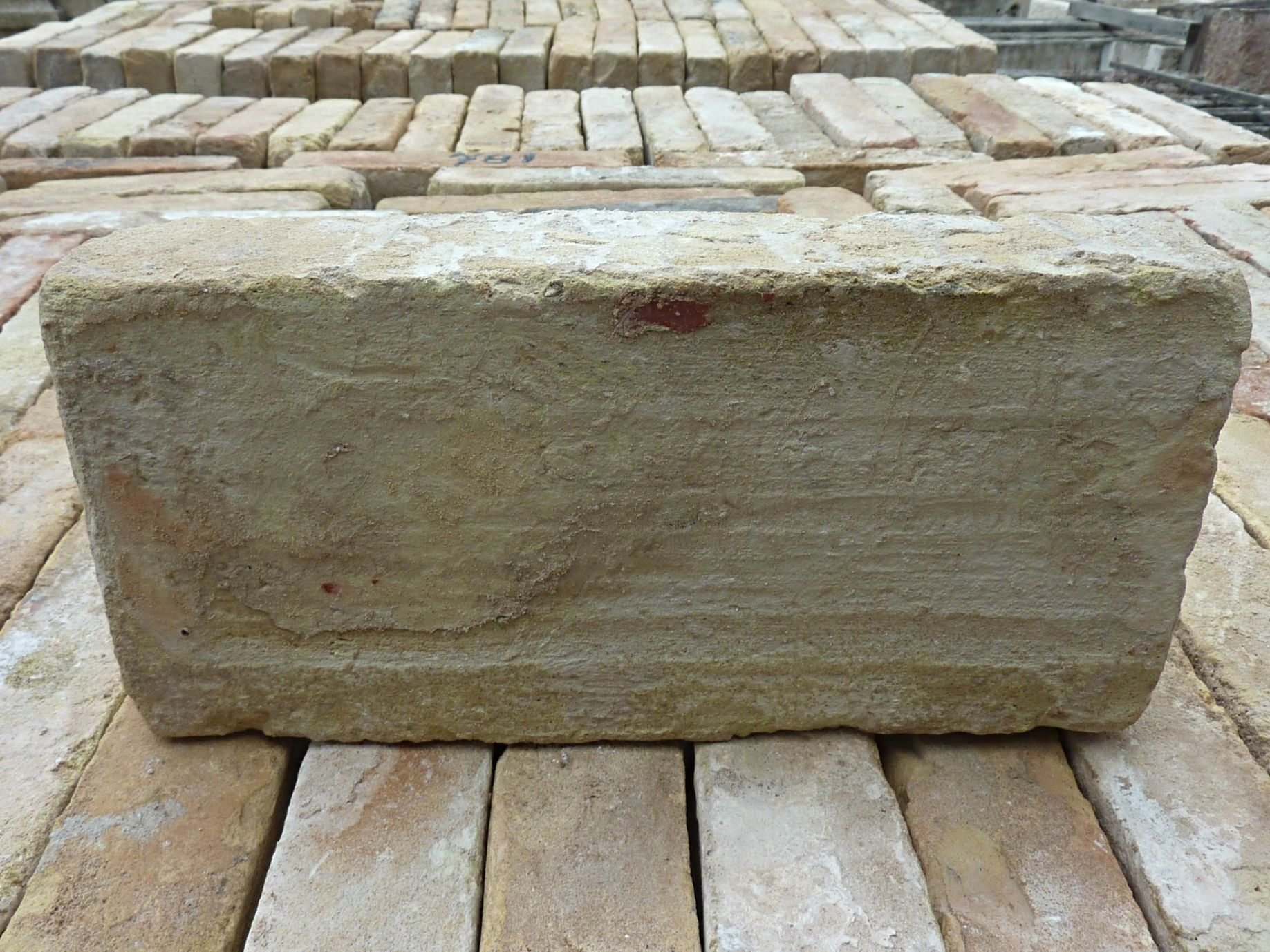 Antique terracotta bricks for a rustic paving ǀ Bidal antique materials